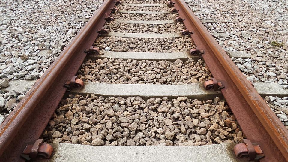 ¿Por qué hay piedras en las vías del tren?