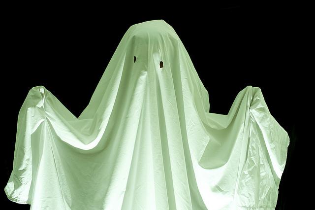 ¿Por qué a los fantasmas se les representa con una sábana y cadenas?
