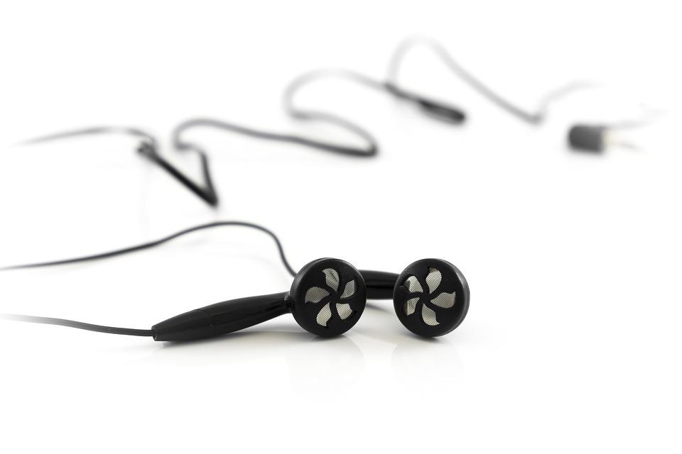 ¿Por qué en los auriculares de botón un cable es más largo que el otro?
