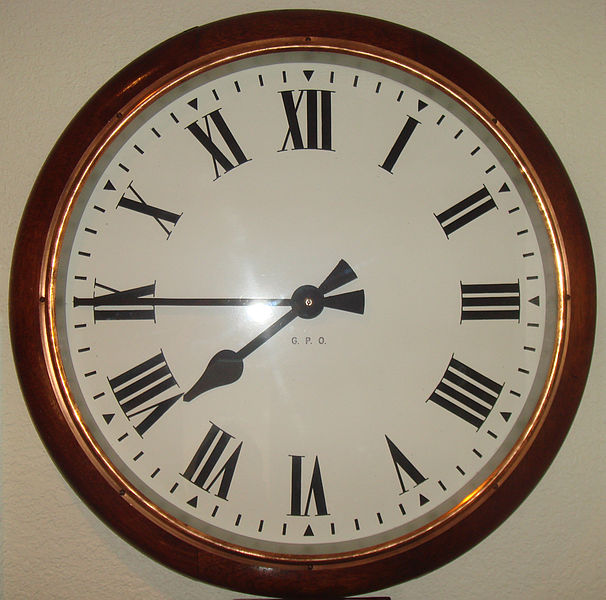Por qu en algunos relojes el 4 aparece escrito iiii y no - Relojes de pared clasicos ...