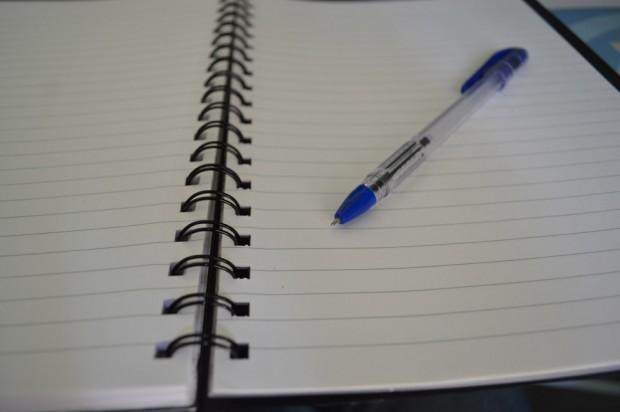 ¿Por qué son más usados los bolígrafos de tinta azul que los de otro color?