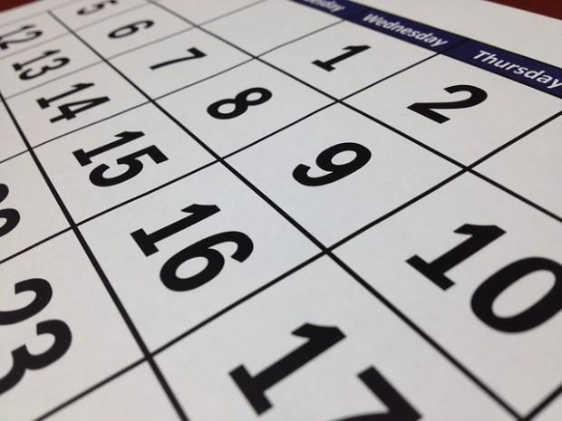 ¿De dónde proviene llamar 'calendario' al sistema que marca los días del año?