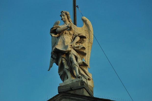 El curioso e histórico origen de la expresión 'Dormir bajo el ángel'