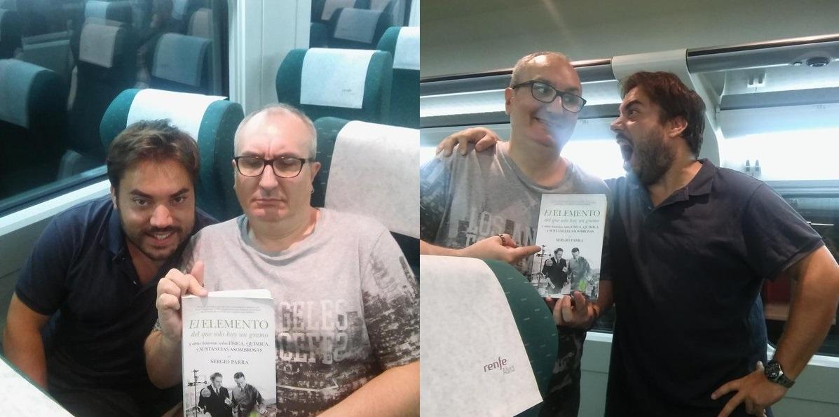 Sergio Parra y Alfred López con un ejemplar del libro 'El elemento del que solo hay un gramo'