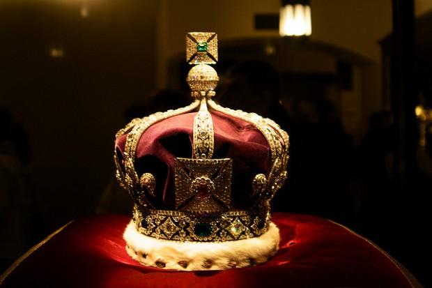 Cuando Jorge V tuvo que mandar hacer una corona nueva para poder ser coronado [Anécdota]