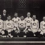 Edwin Hubble junto a sus compañeros del equipo de baloncesto universitario en 1909