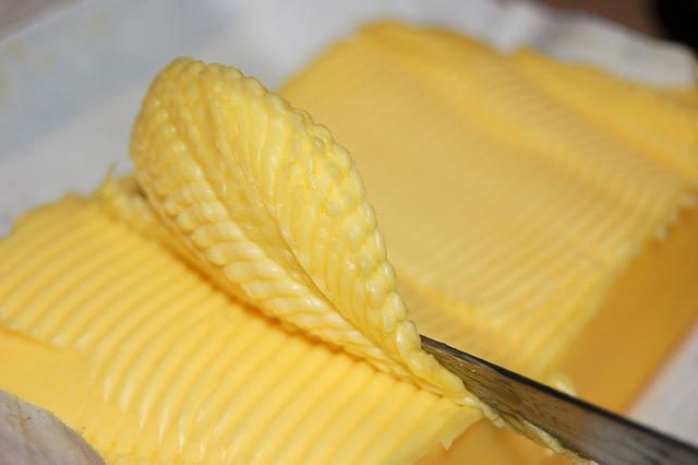 ¿Si la leche es blanca, por qué la mantequilla es de color amarillo?