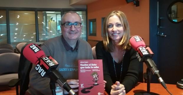 Alfred López y Elisenda Camps tras la entrevista en el programa 'Tot és Possible' de RAC1 hablando de las curiosidades del libro 'Vuelve el listo que todo lo sabe'