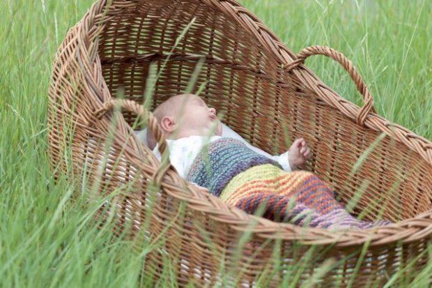 ¿Por qué la canastilla para llevar al bebé se conoce como moisés?
