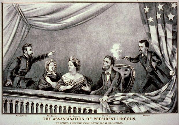 ¿Quién era la pareja que acompañaba en el palco del teatro a Lincoln la noche de su asesinato?