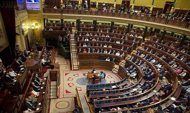 ¿De dónde proviene llamar 'escaño' al lugar que ocupa un parlamentario en la Cámara?