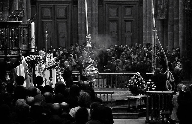 ¿Cuál fue el motivo del uso del botafumeiro en la Catedral de Santiago de Compostela?