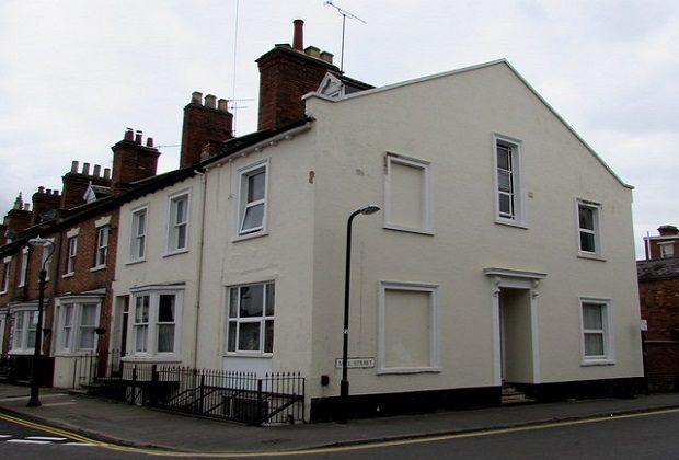 Cuando el rey de Inglaterra ordenó pagar un impuesto por cada ventana que tuvieran las casas