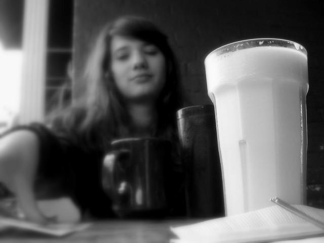 ¿Por qué algunas personas creen que tomar un vaso de leche les ayuda a conciliar el sueño?