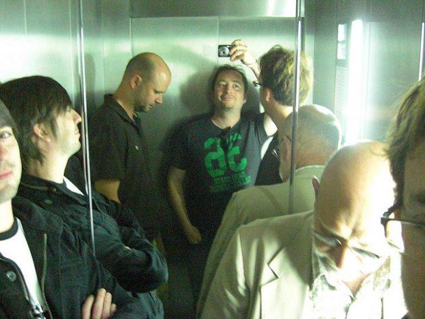 ¿Por qué en la mayoría de ascensores hay un espejo?