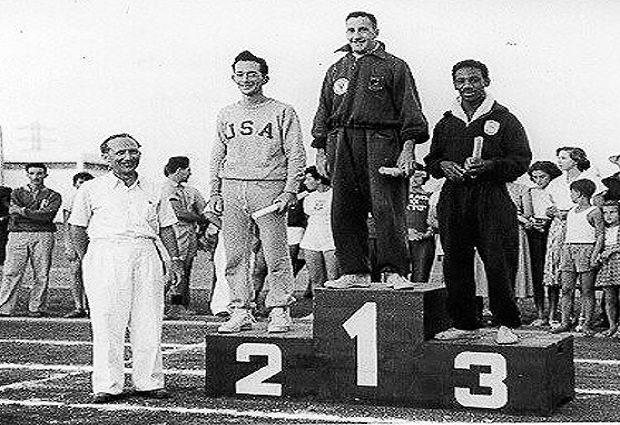 ¿Desde cuándo se utiliza el podio para entregar las medallas en un evento deportivo?