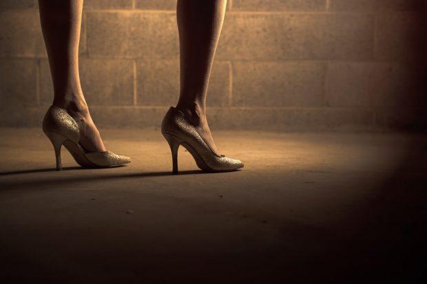 325ebf8956 ¿Sabías que originalmente los zapatos de tacón fueron creados para ser  calzados por hombres  Hoy en día ...