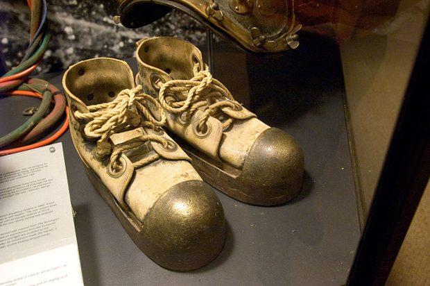 ¿De dónde surge la expresión 'andar con pies de plomo'?