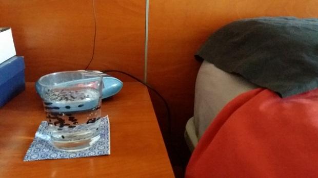 La insalubre costumbre de beber agua de un vaso que lleva varios días en la mesita de noche