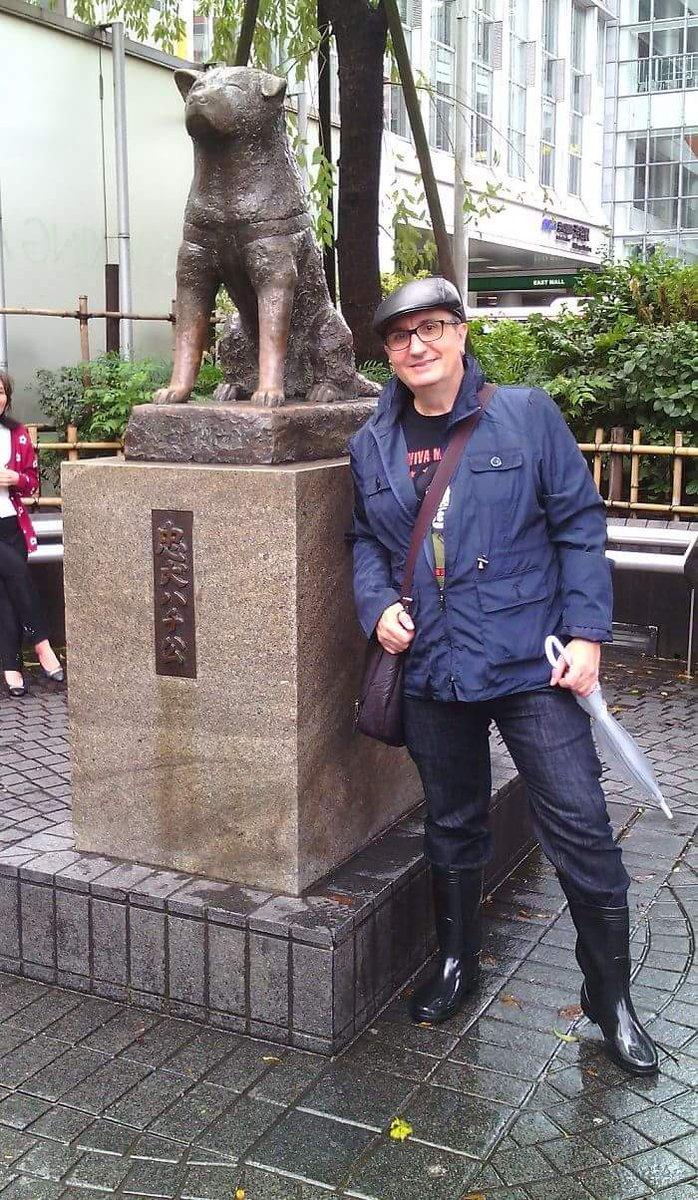 Alfred López junto al monumento a Hachiko en Tokio