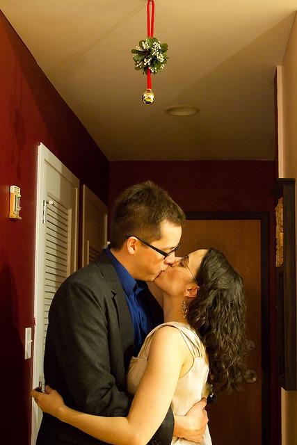 El origen de la costumbre navideña de besarse bajo el muérdago