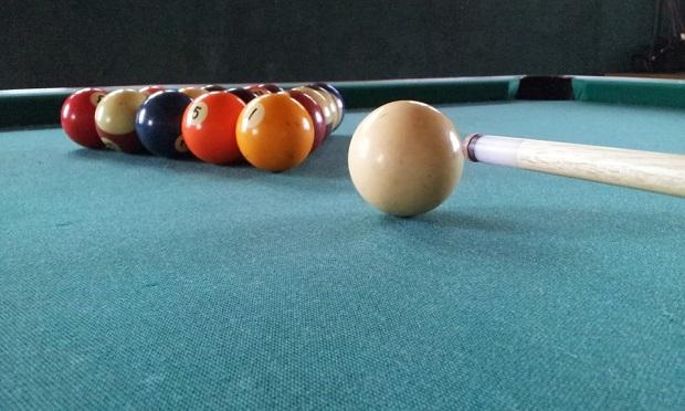 ¿Cómo sale la bola blanca del billar cada vez que se cuela?