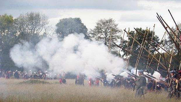 El curioso e histórico origen de la expresión 'Disparar con pólvora del rey'
