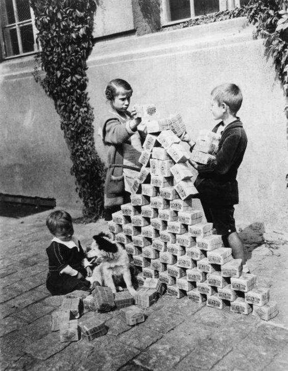 Niños alemanes jugando con fajos de billetes de marcos durante la República de Weimar (Pinterest)