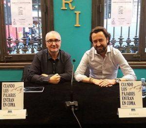 Alfred López junto a R. A. Raga en la librería Alibri de Barcelona en la presentación del libro 'Cuando lo pájaros entran en coma'