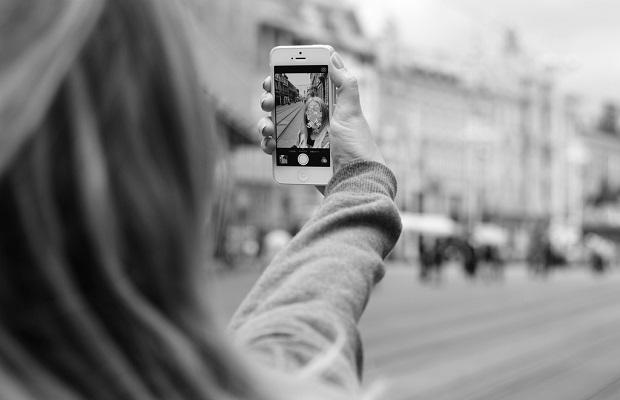 Útiles consejos a seguir si vas a publicar fotos personales en redes sociales (sobre todo de tus hijos)