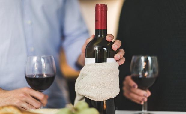 Es nuestro cerebro quien nos convierte en esnobs: el vino no sabe mejor solo porque sea más caro