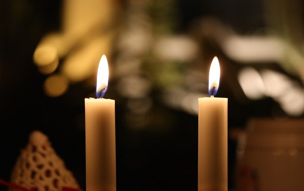 ¿De dónde proviene la expresión 'Estar a dos velas'?