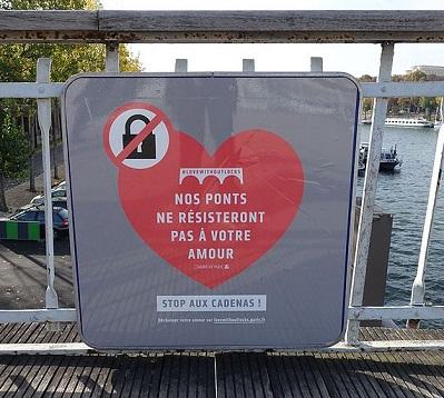 ¿De dónde surge la (perjudicial) moda de poner un candado, como símbolo de amor eterno, en un puente?