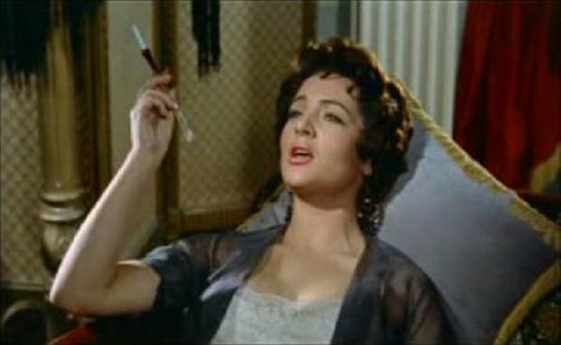 ¿Sabías que a la canción 'Fumando espero' de Sara Montiel la censura le eliminó una estrofa por indecorosa?