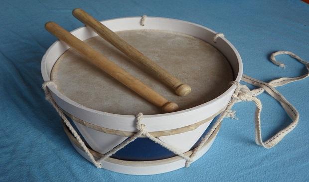 ¿De dónde proviene la expresión 'Cuatro putas y un tambor'?