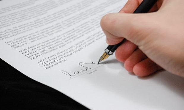 El curioso origen etimológico del término 'firmar'