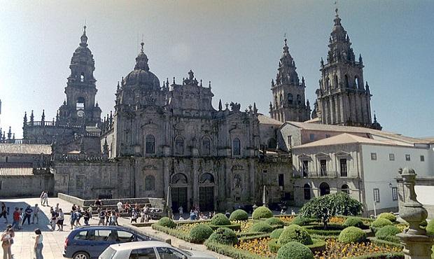 ¿De dónde proviene la expresión 'Remover Roma con Santiago'?