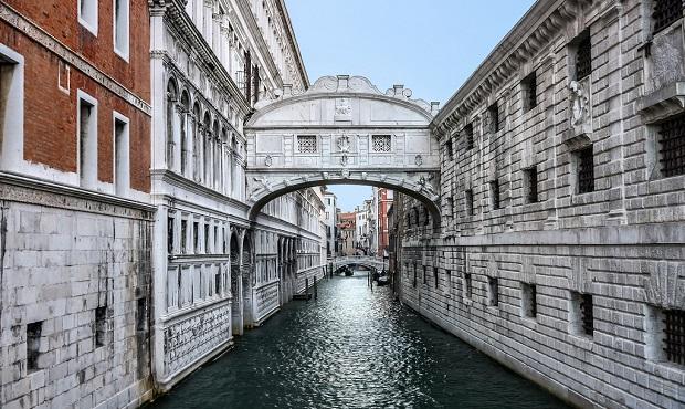 El motivo nada romántico que dio origen al nombre del 'Puente de los suspiros' de Venecia