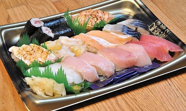La curiosa y lógica razón por la que las bandejas de sushi llevan unas tiras de plástico verde que imitan la hierva
