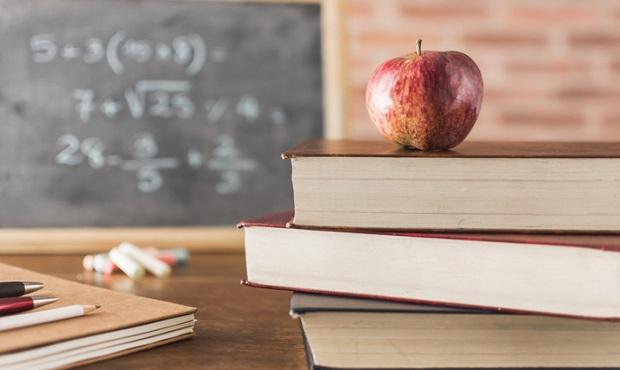 ¿De dónde proviene la costumbre de regalar una manzana a los maestros?