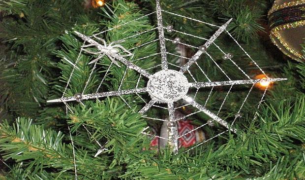 La curiosa tradición de colocar telarañas en los árboles de Navidad en Ucrania