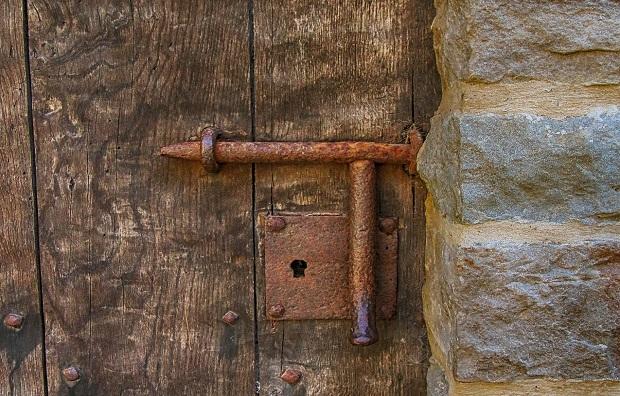¿Sabías que el término 'cerrojo' no proviene del verbo 'cerrar'?