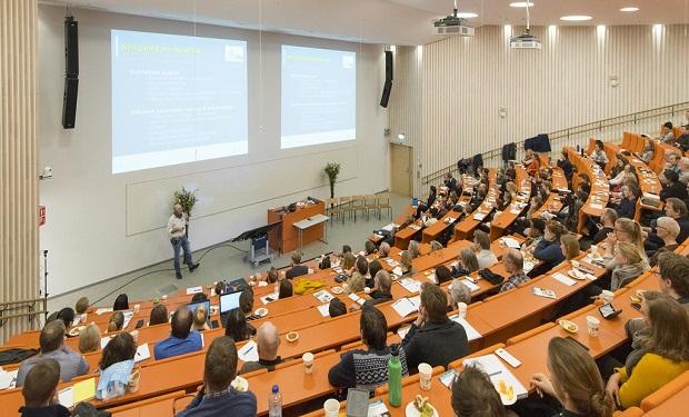 El curioso motivo de llamar 'simposio' a una conferencia o reunión de expertos