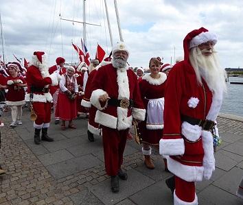 (Santa Claus) Quiénes son los encargados de traer los regalos navideños (I)