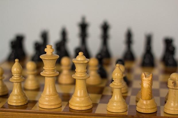 ¿De dónde proviene el término 'gambito' usado para denominar una apertura en el juego del ajedrez?