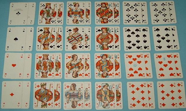 ¿A quiénes representan las figuras que aparecen en la baraja de cartas francesa?
