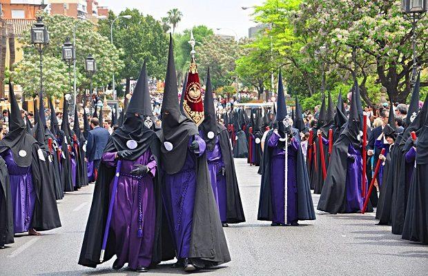 Algunos datos sobre el capirote usado por los penitentes durante las procesiones de Semana Santa
