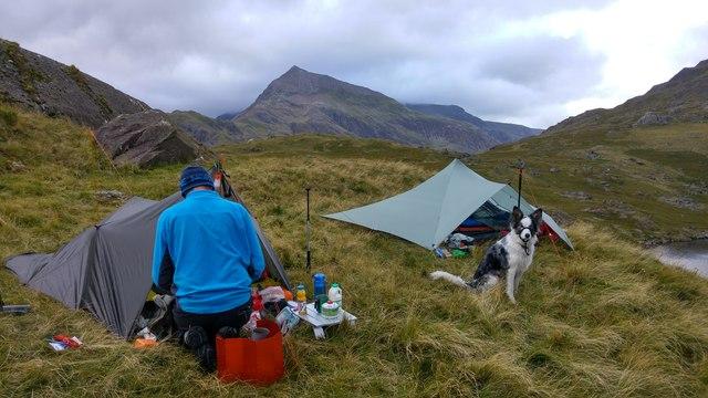 ¿De dónde surge llamar 'vivaquear' a pasar la noche de acampada al aire libre?