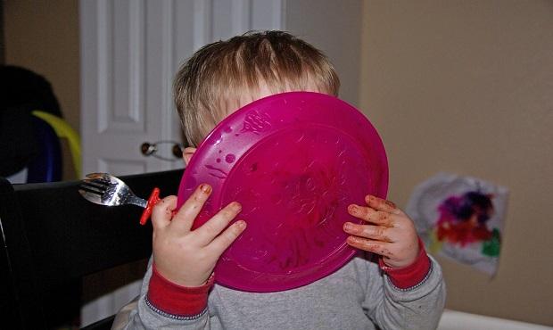 ¿Sabías que el acto de lamer un plato tiene un nombre específico?