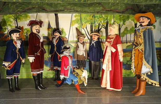 ¿De dónde surge llamar 'marioneta' al muñeco utilizado en representaciones teatrales o infantiles?